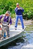 阿拉斯加-人与净额的捕鱼指南 库存照片