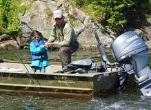 阿拉斯加-儿童捕鱼,指南帮助 库存照片