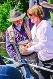 阿拉斯加-妇女捕鱼,指南帮助 免版税库存照片