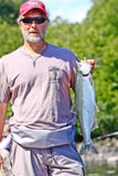 阿拉斯加-有红鲑鱼的人 图库摄影