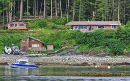 阿拉斯加-江边之家风雨棚海岛 免版税库存图片