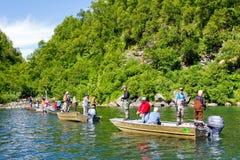阿拉斯加-钓鱼密歇根本地人小河的人们 库存图片