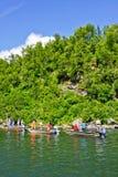阿拉斯加-钓鱼密歇根本地人小河2的人们 库存图片
