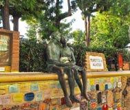 阿拉西奥萨沃纳,意大利- 2017年9月:` Muretto二阿拉西奥`,著名墙壁在有恋人的古铜色雕象的阿拉西奥 免版税库存图片