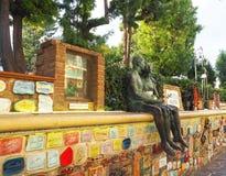 阿拉西奥萨沃纳,意大利- 2017年9月:` Muretto二阿拉西奥`,著名墙壁在有恋人的古铜色雕象的阿拉西奥 免版税库存照片