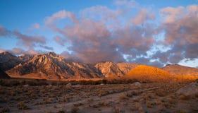 阿拉巴马小山日落内华达山范围加利福尼亚山 免版税图库摄影