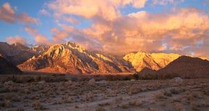 阿拉巴马小山日落内华达山范围加利福尼亚山 库存图片