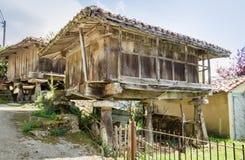 阿斯图里亚斯的粮仓上升了由柱子和叫作 免版税库存图片