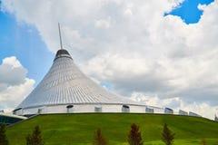 阿斯塔纳、哈萨克斯坦-可汗Shatyr,可汗` s帐篷、购物和娱乐中心城市 免版税库存图片