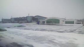 阿斯塔纳国际机场机场用雪股票英尺长度录影报道了 影视素材