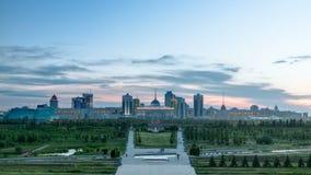 阿斯塔纳市天的全景对夜timelapse和总统的住所与公园的Akorda的 股票录像