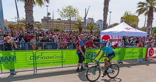 阿斯塔纳通过爱好者的队骑自行车者 库存图片