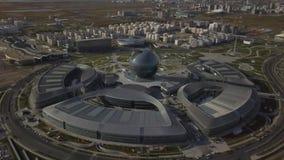 阿斯塔纳,哈萨克斯坦- 2018年9月19日:大厦复合体在国际性组织的站点的疆土的 股票视频