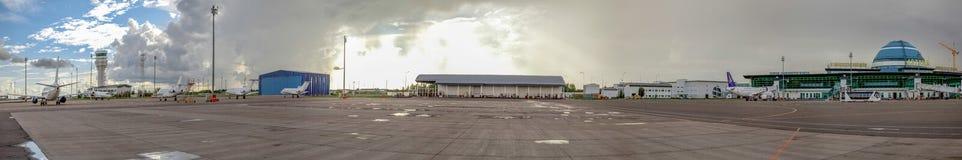 阿斯塔纳,哈萨克斯坦- 2016年7月17日:机场的全景在一多云天 库存图片