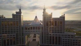阿斯塔纳,哈萨克斯坦- 2018年5月17日:来通过大厦的光 可汗shatyr,阿斯塔纳 股票视频