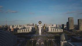 阿斯塔纳,哈萨克斯坦- 2018年5月17日:阿斯塔纳的新的中心 在日落的Baiterek塔 股票视频