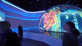 阿斯塔纳,哈萨克斯坦- 2017年6月10日:有未来派屏幕的俄国商展亭子有未来能量概念的 股票录像