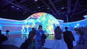 阿斯塔纳,哈萨克斯坦- 2017年6月10日:有未来派屏幕的俄国商展亭子有未来能量概念的 股票视频