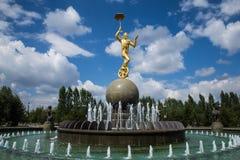 阿斯塔纳,哈萨克斯坦- 2016年8月27日:有金子颜色雕象的喷泉在马戏附近 图库摄影