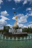 阿斯塔纳,哈萨克斯坦- 2016年8月27日:有金子颜色雕象的喷泉在马戏附近 库存图片
