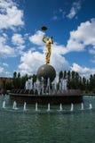 阿斯塔纳,哈萨克斯坦27 08 2016年 有金子颜色雕象的喷泉在马戏附近 免版税库存照片