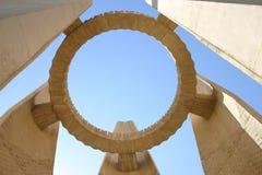 阿斯旺水坝在新附近的埃及纪念碑 免版税库存图片