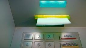 阿斯特拉罕,俄罗斯, 06行军2018年:用于现金ATM的Sberbank和让回到钞票, Sberbank是最宽的传播 股票录像