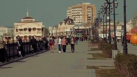 阿斯特拉罕,俄罗斯- 24 2018年4月:走沿伏尔加河堤防的步行者 影视素材
