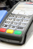 阿斯特拉罕,俄罗斯- 2014年7月01日:信用欧洲有限公司银行POS终端  在地方商店 信用欧洲银行由Fiba拥有 免版税库存照片