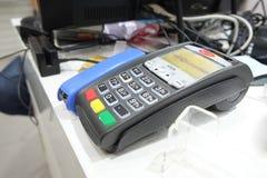 阿斯特拉罕,俄罗斯- 2014年7月01日:信用欧洲有限公司银行POS终端  在地方商店 信用欧洲银行由Fiba Gro拥有 库存照片