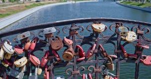 阿斯特拉罕,俄罗斯9月06日 2018年:在河桥梁篱芭的爱锁  影视素材
