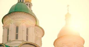 阿斯特拉罕,俄罗斯2017年3月19 :正统大教堂在阿斯特拉罕由后照的克里姆林宫 股票视频