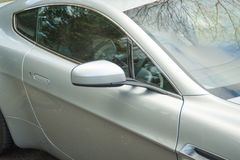 阿斯顿・马丁有利英国盛大游览车权利窗口 免版税库存照片