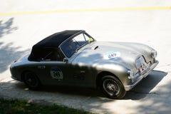 1953年阿斯顿・马丁DB2在Mille Miglia的下落头Coupè 免版税库存照片