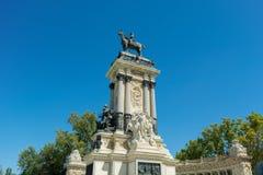 阿方索的纪念碑XII在宜人的撤退池塘,马德里的公园 库存图片