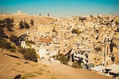 阿曼与Umayyad宫殿的市视图背景的 都市的横向 住宅区 阿拉伯结构 东方城市 住房e 免版税库存图片