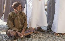 阿曼人在尼兹瓦山羊市场上 免版税库存图片