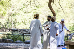阿曼塞拉莱-当地阿拉伯人民谈话在吉普期间游览在旱谷Derbat苏丹王国绿色绿洲17 10 2016年 免版税图库摄影