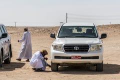 阿曼塞拉莱17 10 2016年打击Ubar沙漠磨擦Khali当地阿拉伯人民的吉普传统徒步旅行队沙丘游览dhofar 库存照片