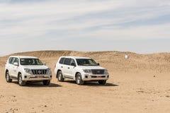 阿曼塞拉莱17 10 2016年打击Ubar沙漠磨擦Khali当地阿拉伯人民的吉普传统徒步旅行队沙丘游览dhofar 2 免版税库存图片