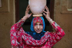 阿曼夫人的画象一件传统阿曼礼服的 尼兹瓦,阿曼- 15/OCT/2016 库存图片