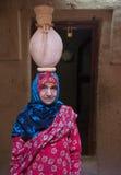 阿曼夫人的画象一件传统阿曼礼服的 尼兹瓦,阿曼- 15/OCT/2016 免版税库存照片