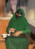 阿曼妇女在与小山羊的一个市场上 免版税图库摄影
