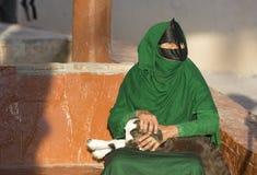 阿曼妇女在与小山羊的一个市场上 库存照片