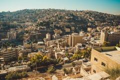 阿曼市,约旦首都 从城堡小山的鸟瞰图 都市的横向 住宅区 阿拉伯结构 东方城市 T 库存照片