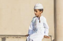 年轻阿曼男孩在一个市场上在尼兹瓦 免版税库存照片