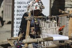 阿曼织布工在尼泊尔, Manang野马,喜马拉雅山, 12月201城市 库存照片