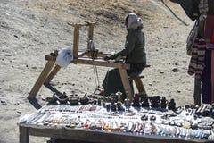 阿曼织布工在尼泊尔Manang野马喜马拉雅山城市, 12月201 图库摄影