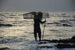 阿曼运载的篮子的渔夫 免版税库存图片