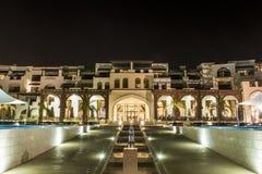 阿曼,塞拉莱, 19 10 2016年-惊人的夜点燃旅馆Al Fanar Souly海湾旅馆海边2 免版税库存图片